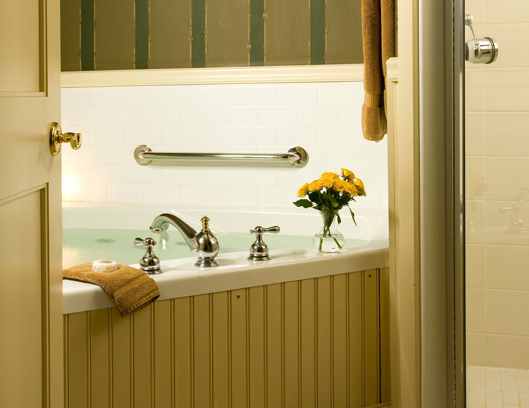 Bathtub with flower vase in Room 9