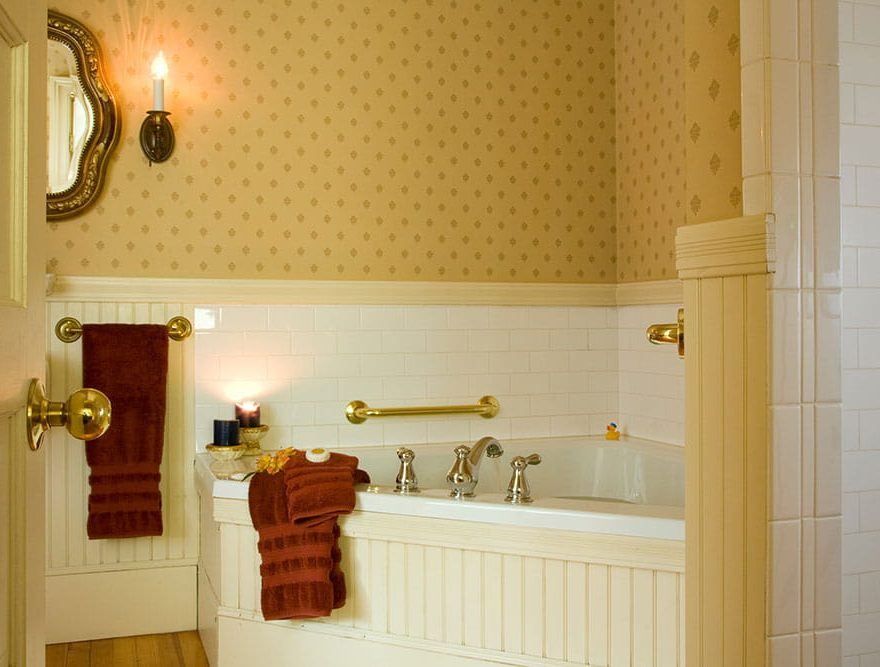 Bathtub with warm water and soft towels in Room 5